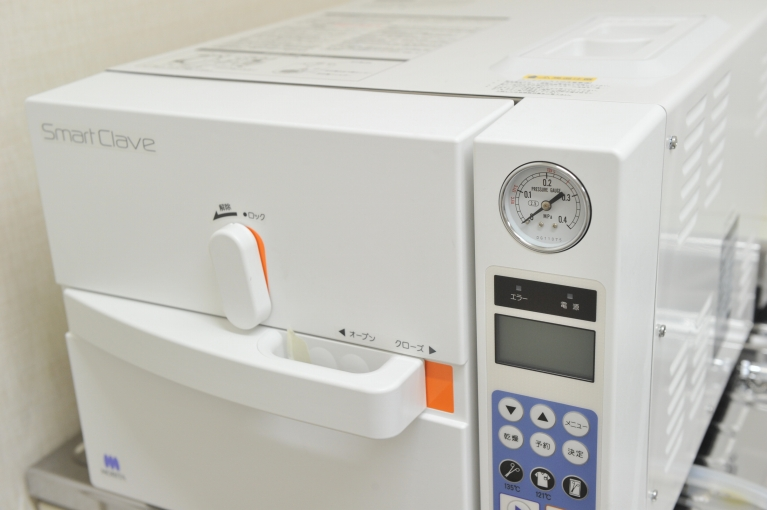 当院で使用しているオートクレーブです。高圧蒸気滅菌器のことを指し、エイズウイルスやC型肝炎ウイルスなどの院内感染を防ぎます。この滅菌器により、患者様には安心して治療を受けて頂けます。